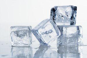 Chườm lạnh bằng nước đá sẽ làm dịu mụn bọc