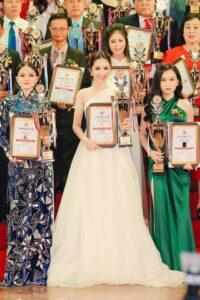Giấy chứng nhận và cúp của giải thưởng. Thương hiệu mỹ phẩm S2B Beauty ra đời vào năm 2012, dưới sự điều hành của Tổng giám đốc Trần Thoa. Sau 7 năm hình thành và phát triển, S2B Beauty đã có hơn 21 sản phẩm chuyên chăm sóc về da.